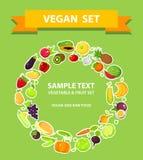 As frutas e legumes ajustaram-se em um formulário do anel, fundo verde Imagens de Stock