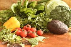 As frutas e legumes gostam de tomates, pimenta de sino amarelo, brócolis, salsa arranjada em um grupo, ainda vida natural para sa Imagens de Stock