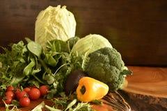 As frutas e legumes gostam de tomates, pimenta de sino amarelo, brócolis, salsa arranjada em um grupo, ainda vida natural para sa Fotos de Stock Royalty Free