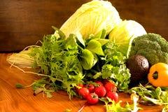 As frutas e legumes gostam de tomates, pimenta de sino amarelo, brócolis, salsa arranjada em um grupo, ainda vida natural para sa Imagens de Stock Royalty Free