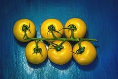 As frutas e legumes no alimento e no colesterol saudáveis do fundo azul fazem dieta o conceito Comer limpo, fazendo dieta, desint Imagem de Stock
