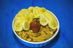 As frutas e legumes no alimento e no colesterol saudáveis do fundo azul fazem dieta o conceito Comer limpo, fazendo dieta, desint Imagens de Stock