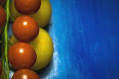 As frutas e legumes no alimento e no colesterol saudáveis do fundo azul fazem dieta o conceito Comer limpo, fazendo dieta, desint Foto de Stock