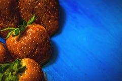 As frutas e legumes no alimento e no colesterol saudáveis do fundo azul fazem dieta o conceito Comer limpo, fazendo dieta, desint Imagem de Stock Royalty Free