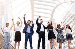 As fusões e a aquisição, grupo de executivos bem sucedido, mão da diversidade da realização do sucesso das equipes aumentaram aci foto de stock royalty free