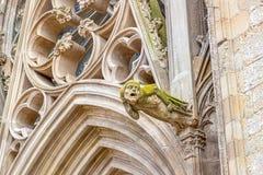 As gárgulas, que funcionam como downspouts, projetam-se da parede da catedral de Carcassonne Fotografia de Stock Royalty Free