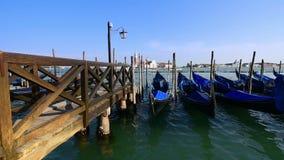 As gôndola amarraram, San Marco, Veneza, Itália Barcos das gôndola que estacionam no por do sol As gôndola italianas remam os bar vídeos de arquivo