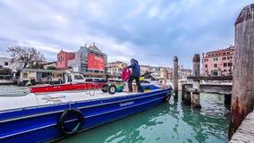 As gôndola e os barcos traficam no timelapse de Veneza, vista panorâmica de Grand Canal Estação do barco Céu nebuloso azul no dia video estoque