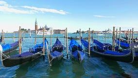 As gôndola estacionadas balançam nas ondas em Veneza filme