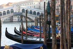 As gôndola estacionaram em Grand Canal na frente da ponte de Rialto em Veneza, Itália Foto de Stock