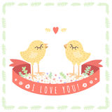 As galinhas bonitos amarelas do bebê no amor vector o fundo O cartão do Valentim de Saint ilustração stock