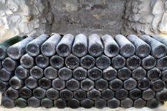 As garrafas antigas do vinho na adega antiga O vi original imagens de stock