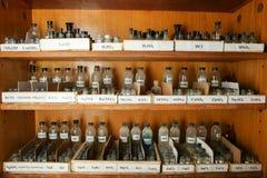 as garrafas com soluções estão na prateleira do armário químico imagem de stock