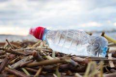As garrafas de água plásticas poluem o oceano imagem de stock