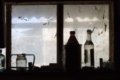 As garrafas estão em uma janela em um celeiro Fotos de Stock Royalty Free