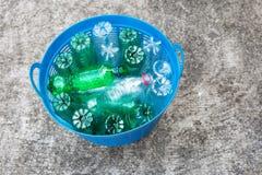 As garrafas plásticas desperdiçam dentro a cesta imagens de stock royalty free