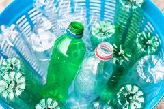 As garrafas plásticas desperdiçam dentro a cesta imagem de stock