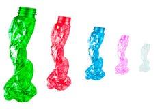 As garrafas plásticas torcidas são dadas forma como cinco povos que andam em seguido no fundo branco com espaço da cópia Imagens de Stock Royalty Free