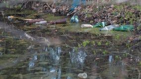 As garrafas pl?sticas coloridas das bebidas flutuam na ?gua e obstruem o ambiente O conceito de um problema da reciclagem de vídeos de arquivo