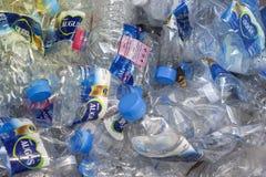 As garrafas plasic usadas preparadas para reciclam o processo foto de stock