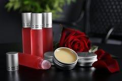 As garrafas, recipientes com perfume e aumentaram foto de stock