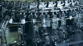 As garrafas vazias estão obtendo relocated pelo complexo da maquinaria vídeos de arquivo