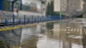 As gotas da chuva caem na plataforma, conceito railway, conceito do tempo, conceito urbano, fundo borrado filme