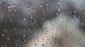As gotas da chuva em janelas do agregado familiar video estoque