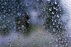As gotas da chuva em vidros de janela surgem com fundo nebuloso fotografia de stock