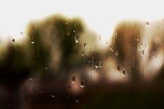 As gotas da chuva fluem abaixo do windowpane A textura de gotas da chuva do gotejamento fotos de stock royalty free