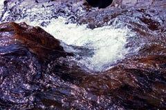As gotas do córrego do rio do respingo da rocha da água espumam fundo fotografia de stock
