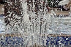 As gotas e espirram da água de uma fonte da cidade Imagens de Stock