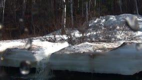 As gotas molham na câmara de vídeo no rio Temnik da montanha em Sibéria de Rússia filme