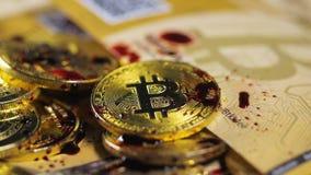 As gotas vermelhas da pintura caem para baixo em modelos e em dinheiro do bitcoin video estoque