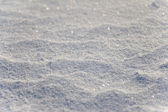 As grões da neve fecham-se acima Borrado na distância Imagem de Stock