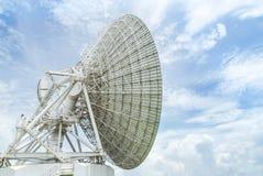 As grandes antenas parabólicas brancas gerenciem acima em direção ao céu no céu azul fotos de stock royalty free