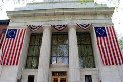As grandes bandeiras americanas drapejaram na entrada dianteira, banco do Co da confiança de Adirondack, Saratoga, New York, 2015 Imagem de Stock Royalty Free