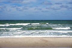 As grandes ondas do mar Báltico em Curonian cospem a praia imagens de stock