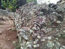 As grandes rochas resistiram perto da floresta fotos de stock