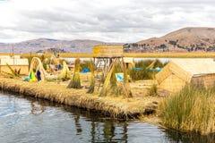 As ilhas de flutuação no lago Titicaca Puno, Peru, Ámérica do Sul, cobriram com sapê em casa. Imagens de Stock Royalty Free