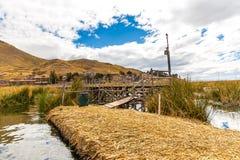 As ilhas de flutuação no lago Titicaca Puno, Peru, Ámérica do Sul, cobriram com sapê em casa Foto de Stock