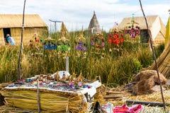 As ilhas de flutuação no lago Titicaca Puno, Peru, Ámérica do Sul, cobriram com sapê em casa Imagem de Stock Royalty Free