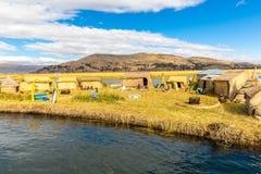 As ilhas de flutuação no lago Titicaca Puno, Peru, Ámérica do Sul, cobriram com sapê em casa. Raiz densa essa plantas Khili Imagens de Stock