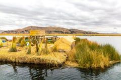 As ilhas de flutuação no lago Titicaca Puno, Peru, Ámérica do Sul, cobriram com sapê em casa. Raiz densa essa plantas Khili Foto de Stock Royalty Free