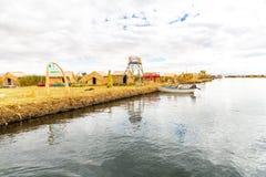 As ilhas de flutuação no lago Titicaca Puno, Peru, Ámérica do Sul, cobriram com sapê em casa. Raiz densa essa plantas Khili Imagem de Stock