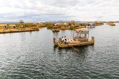 As ilhas de flutuação no lago Titicaca Puno, Peru, Ámérica do Sul, cobriram com sapê em casa Raiz densa essa plantas Khili Fotos de Stock Royalty Free