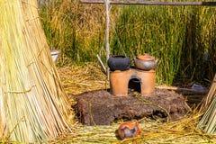 As ilhas de flutuação no lago Titicaca Puno, Peru, Ámérica do Sul, cobriram com sapê em casa Raiz densa essa plantas Khili Imagens de Stock Royalty Free