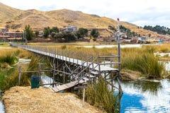As ilhas de flutuação no lago Titicaca Puno, Peru, Ámérica do Sul, cobriram com sapê em casa A raiz densa que planta Khili entrel Imagens de Stock