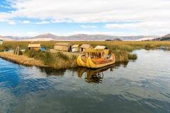 As ilhas de flutuação no lago Titicaca Puno, Peru, Ámérica do Sul, cobriram com sapê em casa A raiz densa que planta Khili entrel Fotografia de Stock Royalty Free