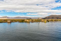 As ilhas de flutuação no lago Titicaca Puno, Peru, Ámérica do Sul, cobriram com sapê em casa A raiz densa que planta Khili entrel Foto de Stock Royalty Free